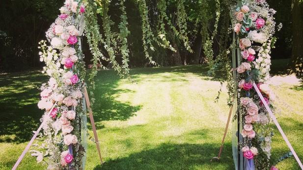 ceremonie-mariage-laique-arche-fleurs