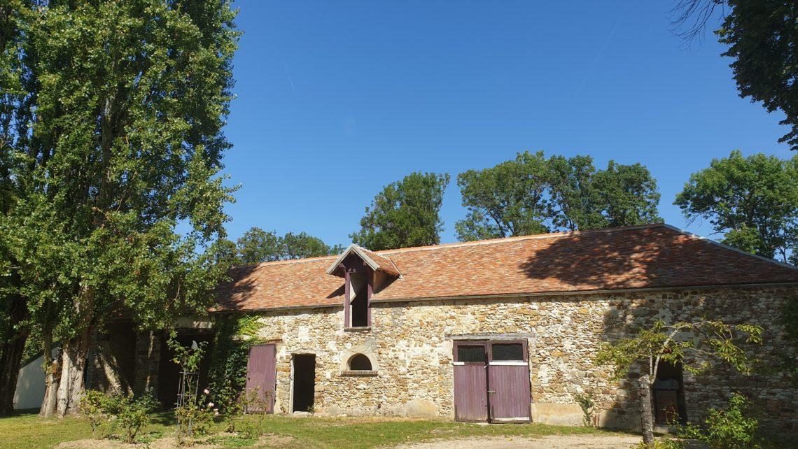 exterieur-grange-chateau-de-bourguignon-77