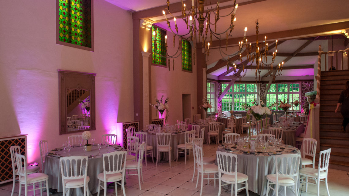 déco-tables-salle-de-réception-manoir-de-tigeaux-77 lumières-rose
