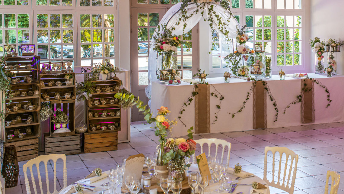 fleurs-déco-tables-salle-de-réception-piste-de-dance-manoir-de-tigeaux-77