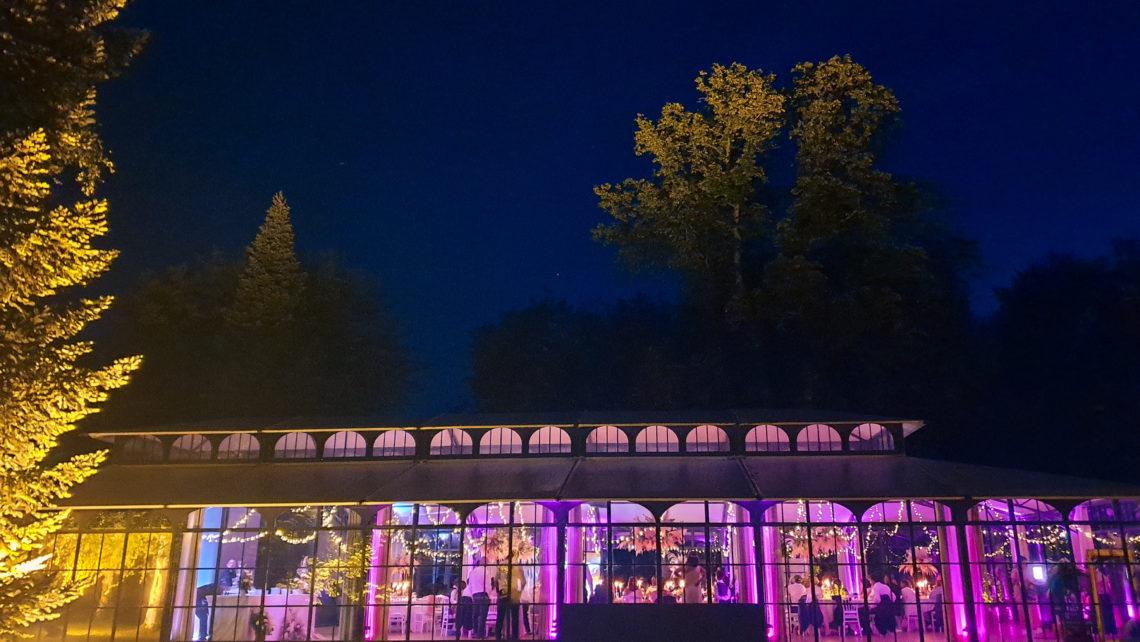 orangerie-nuit-devanture-exterieure-lumineuse-de-profil-au-chateau-de-bourguignon-77